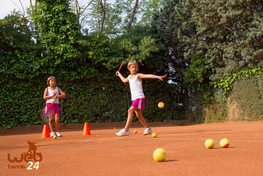 balls and court size for kids tennis